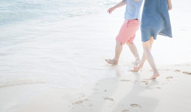 波打ち際を歩く恋人