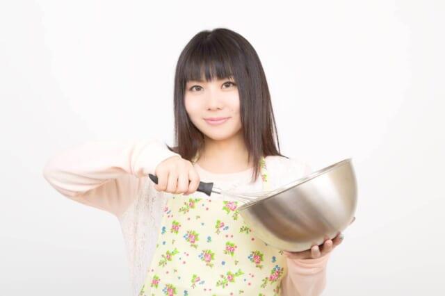 料理に挑戦する女性