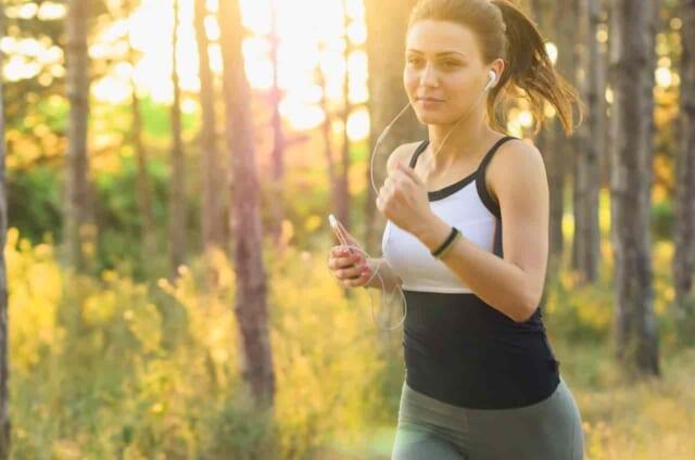 魅力的な女性になるために運動してダイエットをしている女性