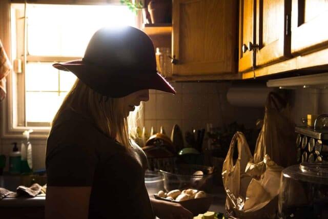 忙しくても毎日料理をする女性