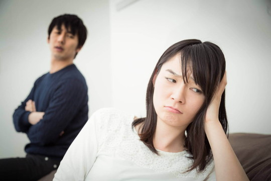 不機嫌そうな男性と面倒臭そうにしている女性のカップル