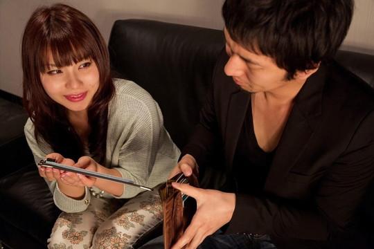 会計で財布からお金を出す男性とそれを見つめる女性