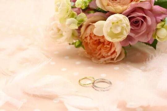 花束と結婚指輪