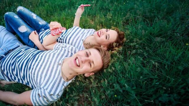 笑顔で前向きな男性と女性