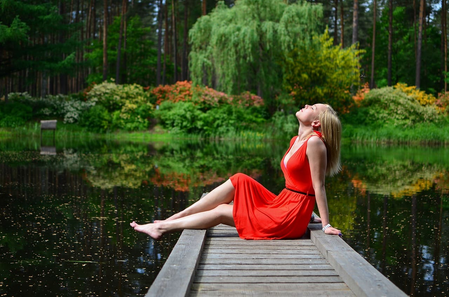 赤いドレスを着た女性