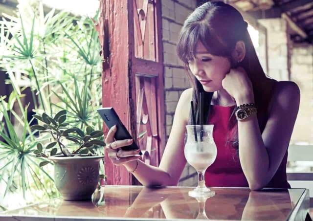 カフェで休憩している女性