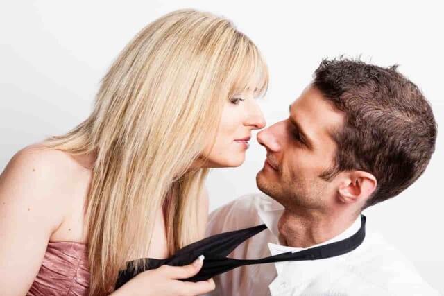 男性が嬉しそうにしているカップル