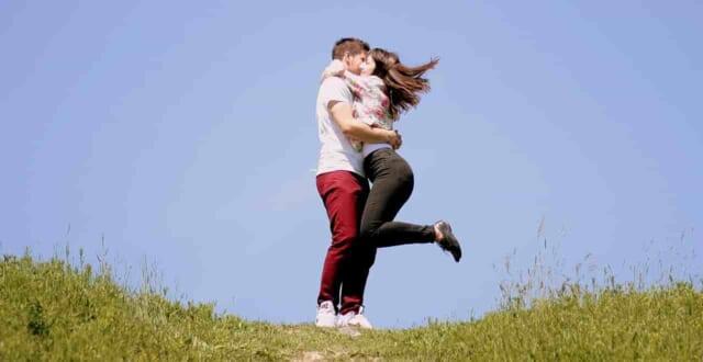 丘の上でハグするかわいいカップル