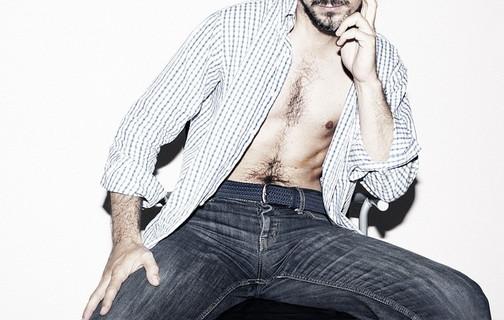 シャツの前がはだけているセクシーで魅力的な男性