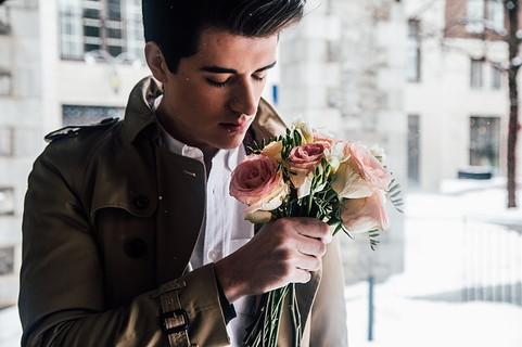喧嘩をしてしまった彼女と仲直りをしようと花束を持って待っている男性