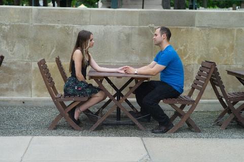 手を取り合って話し合いをしているカップル