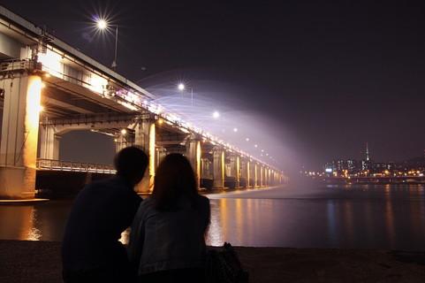 肩を寄せあい夜景を眺める幸せそうなカップル
