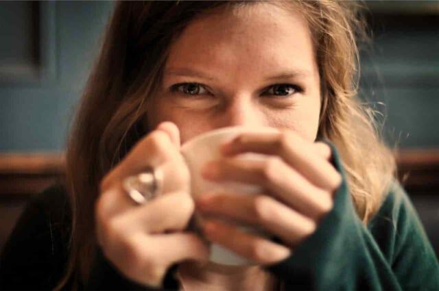 笑顔で男性と一緒にお茶を飲んでいる女性