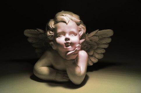 絶望的な暗い雰囲気の天使の石像