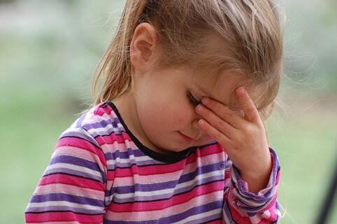 返事のしにくいメールを男性から受け取ってしまい頭を抱える悩める少女