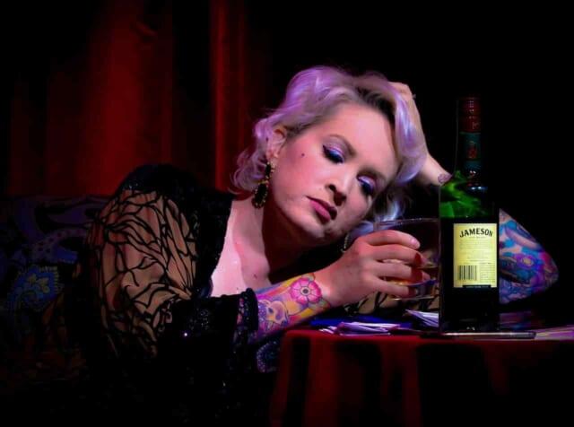 忘年会でモテようとお酒を飲みすぎてしまっている女性