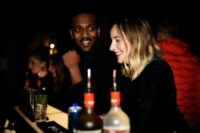 笑顔でお酒を飲む女性