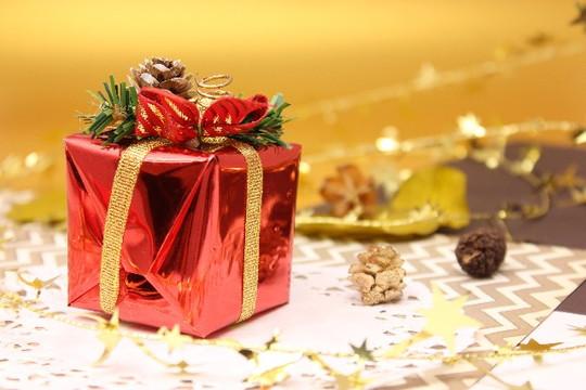 クリスマスのデコレーションが施されているプレゼントの箱