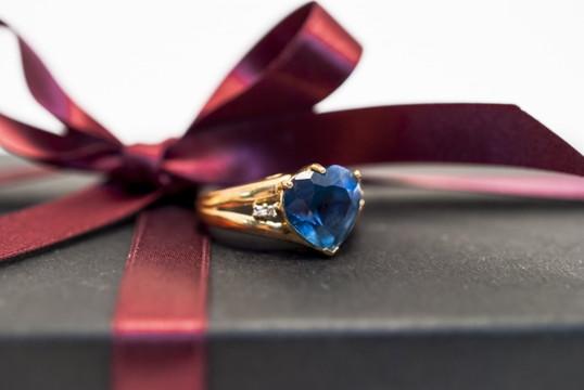 青いハート型の宝石のついている指輪