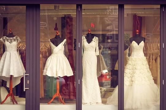ショーウィンドウに並んだドレス