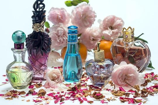 並んだ色とりどりの香水の瓶