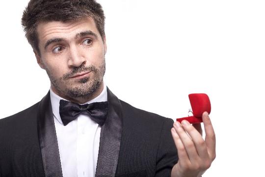 指輪を眺める男性