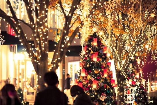 クリスマスのイルミネーションが輝く街並み