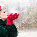 雪の中楽しそうにしているコートを着た女性