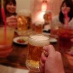 乾杯で始まる飲み会の風景