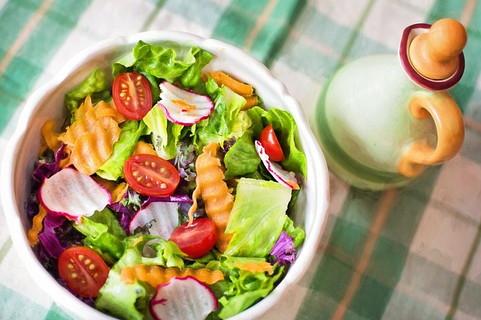女性が用意したと思われる栄養バランスの整ったサラダ