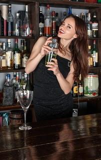 終電がせまっているのに嬉しそうにお酒を飲む女性