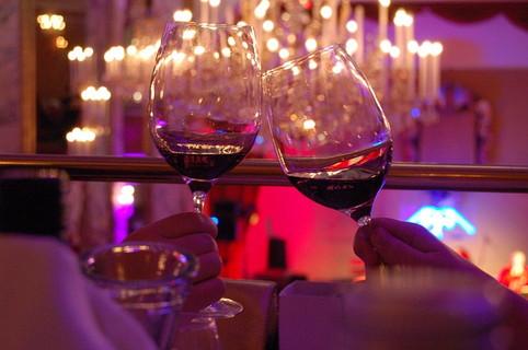 乾杯する男女の持ったワイングラス