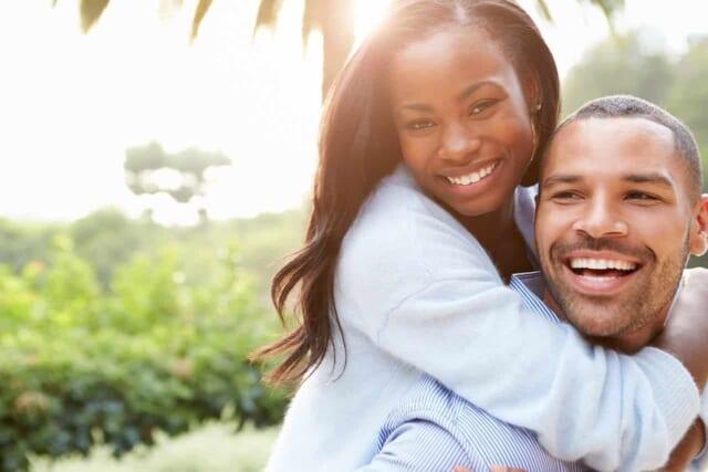 自慢の彼と言いたげに嬉しそうに男性に抱きつく女性