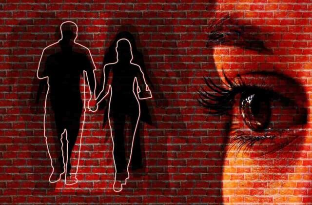 他の幸せそうなカップルを見つめる女性の視線