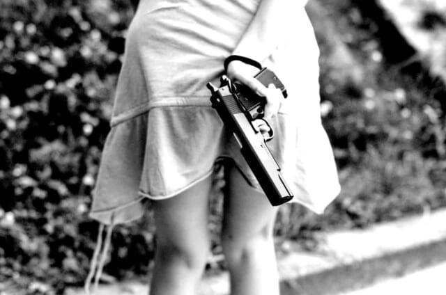 背中に銃を隠し持って今にも元カノの家に乗り込んでしまいそうな嫉妬深い女性