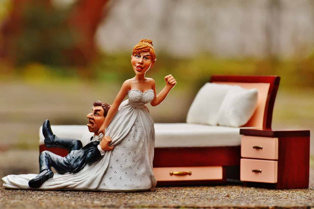 新郎を引きずって歩く新婦の人形
