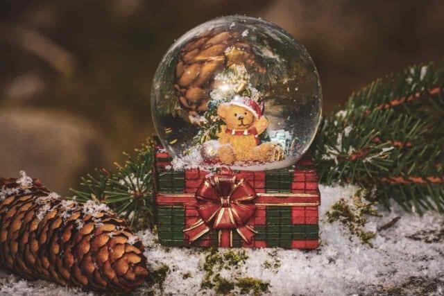 ライトの点いたクリスマスツリーに輝くオーナメント