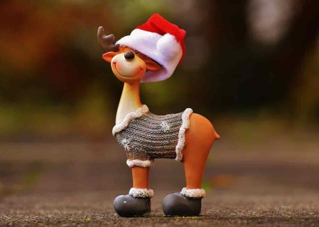 サンタの帽子を深く被ったひとりぼっちのトナカイの人形
