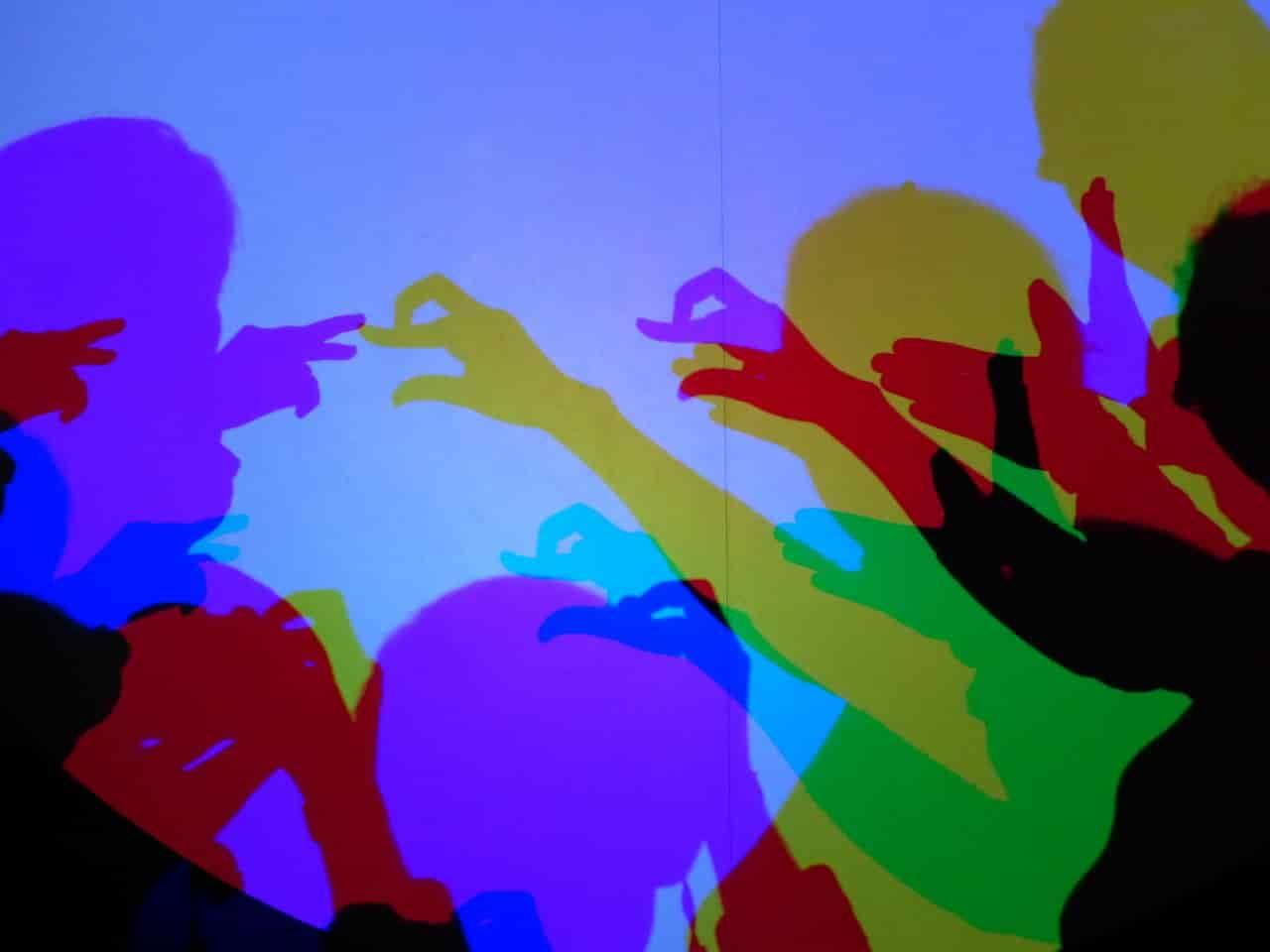 色とりどりの複数の人の影