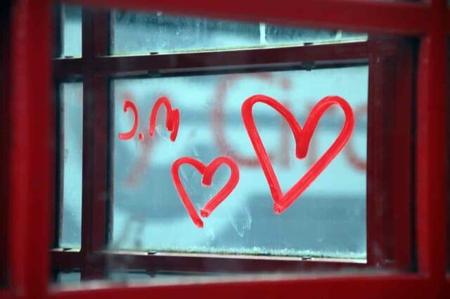 窓にルージュで書かれたハート