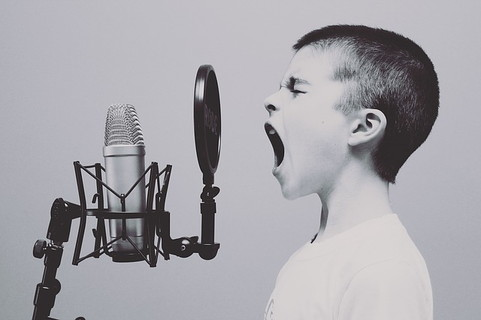 会話に参加するために思い切って大きな声を出している少年