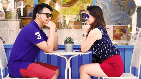 テーブルで向かいあって楽しそうに話をする女性とその話を理解しようとしっかり聞いている男性