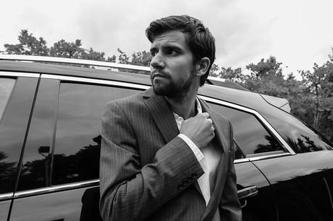 スーツを着て誠実そうな男性