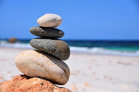 バランスよく積み上げられている今にも崩れ落ちそうなデリケートな状態の石