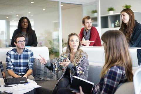 一対一ではなく大勢と話す事を意識して会話をしている男女のグループ