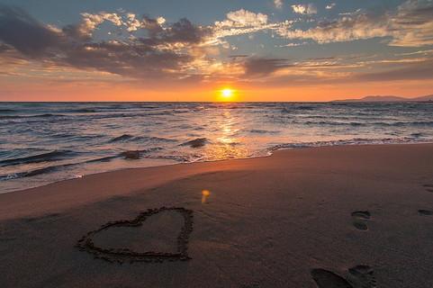夕焼けの砂浜に書かれたハート