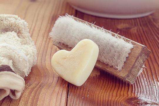 ハートの形の石鹸とブラシ