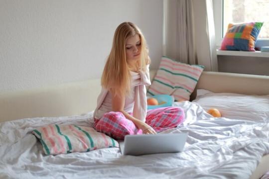 可愛らしいピンクのパジャマを着ている女性