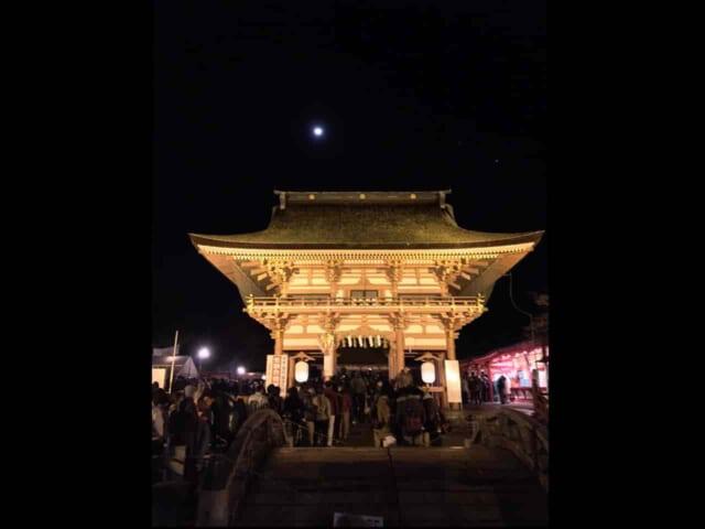 除夜の鐘を撞くために夜のお寺に並ぶ沢山の人