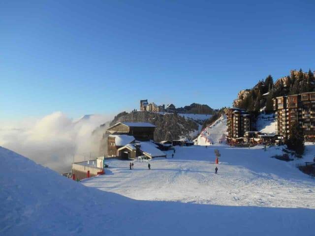 カップルで行きたくなるようなスキー場と温泉が併設されたホテルの風景